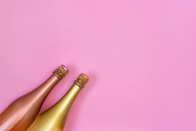 Bottiglie di champagne su sfondo rosa