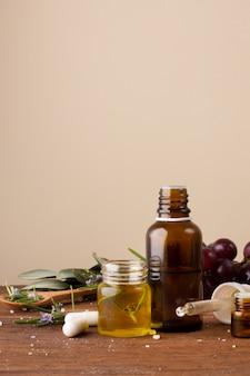 Bottiglie di close-up con olio e pillole sul tavolo