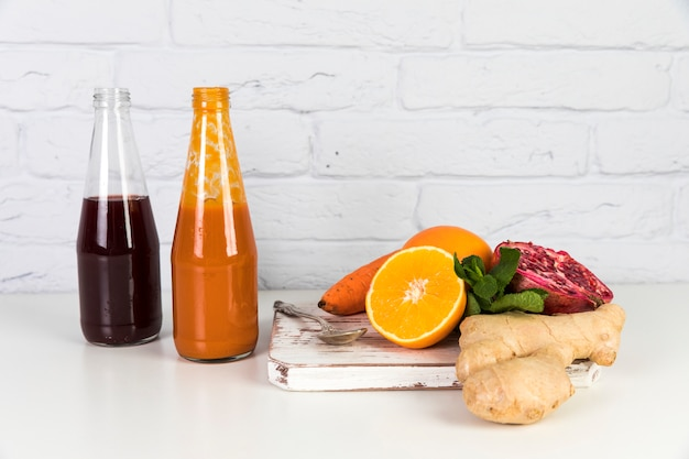 Bottiglie di frullati sul tavolo