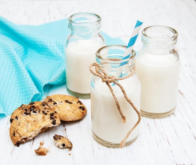 Bottiglie di latte e biscotti