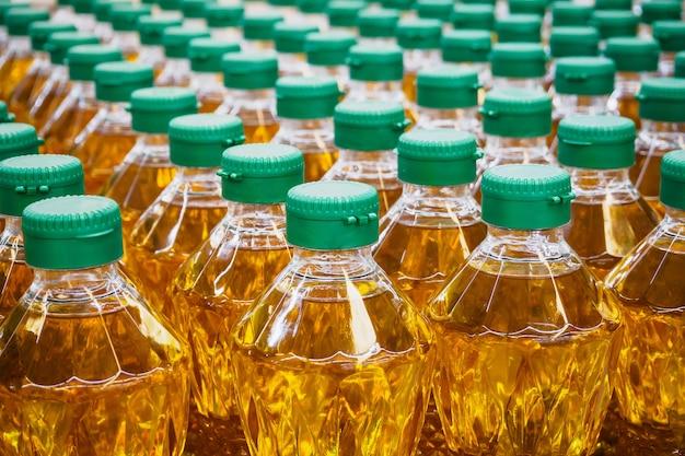 Bottiglie di olio da cucina al magazzino della fabbrica