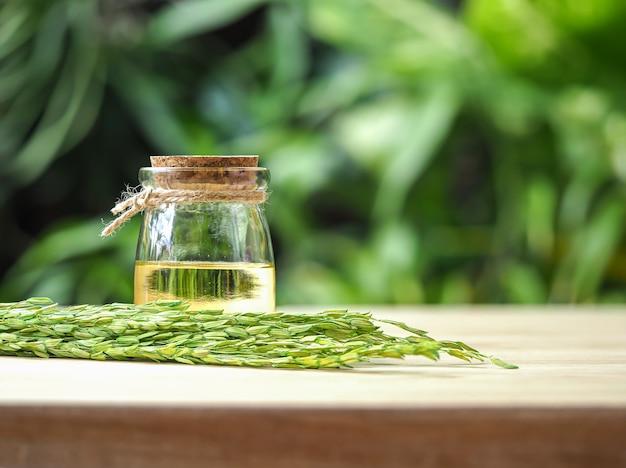 Bottiglie di olio di crusca di riso in verde chiaro naturale