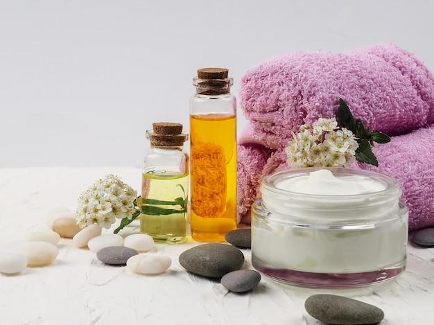 Bottiglie di olio essenziale e asciugamani