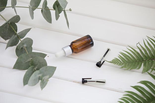 Bottiglie di olio essenziale isolate su bianco.