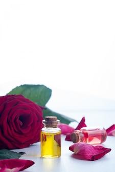 Bottiglie di olio essenziale per aromaterapia