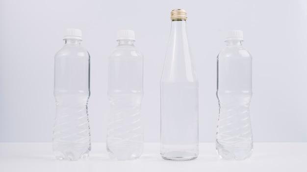Bottiglie di plastica accanto a quella ecologica