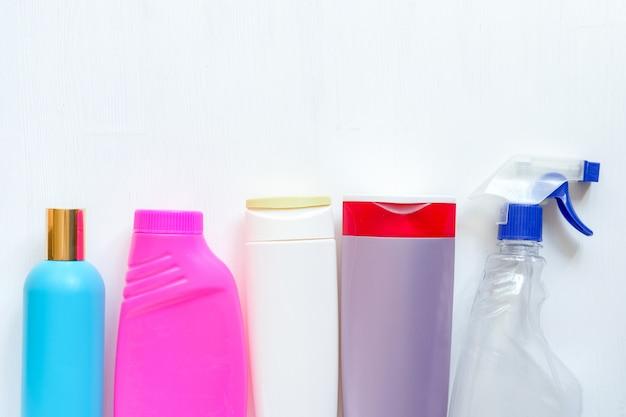 Bottiglie di plastica colorate pulizia in bianco isolate su fondo bianco. imballaggio detergente. prodotti chimici domestici