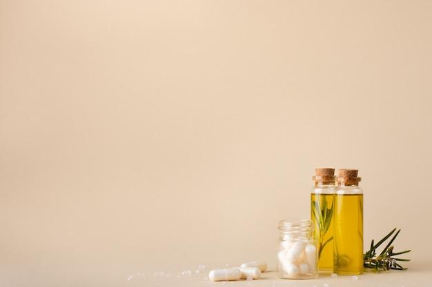 Bottiglie di plastica del primo piano con olio e medicina