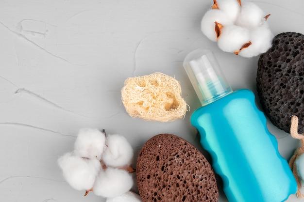 Bottiglie di plastica della cura del corpo e della fine della composizione nei prodotti di bellezza su