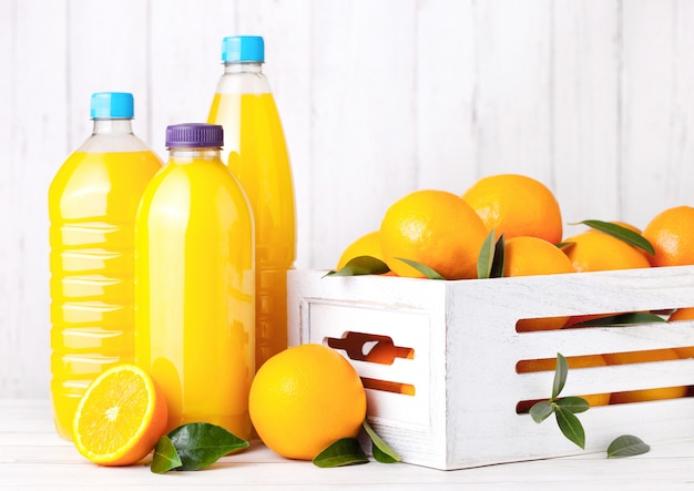 Bottiglie di plastica di succo d'arancia fresco organico crudo