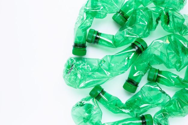 Bottiglie di plastica su bianco