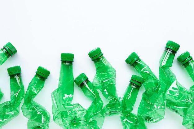 Bottiglie di plastica su sfondo bianco.