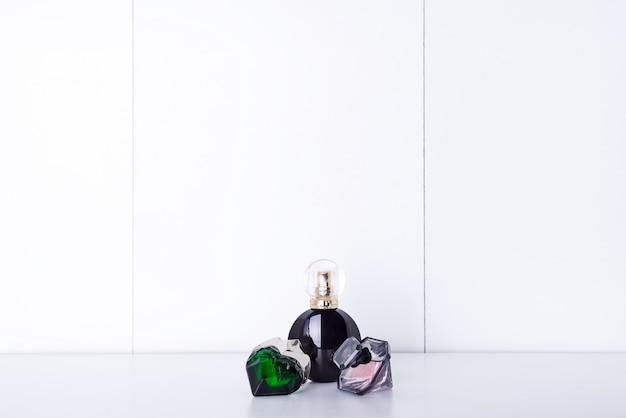 Bottiglie di profumo aromatico su una mensola in bagno, copia spazio