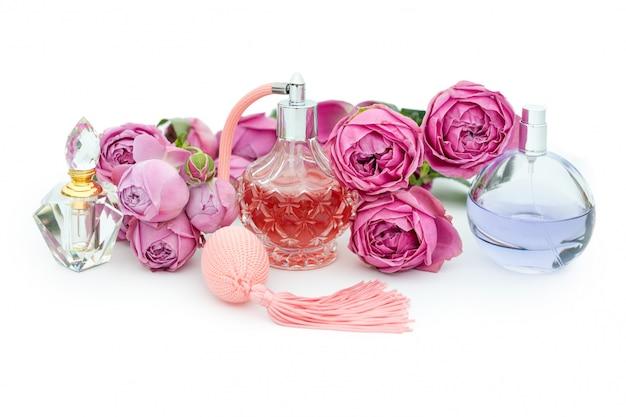 Bottiglie di profumo con fiori. profumeria, cosmetici, collezione di fragranze