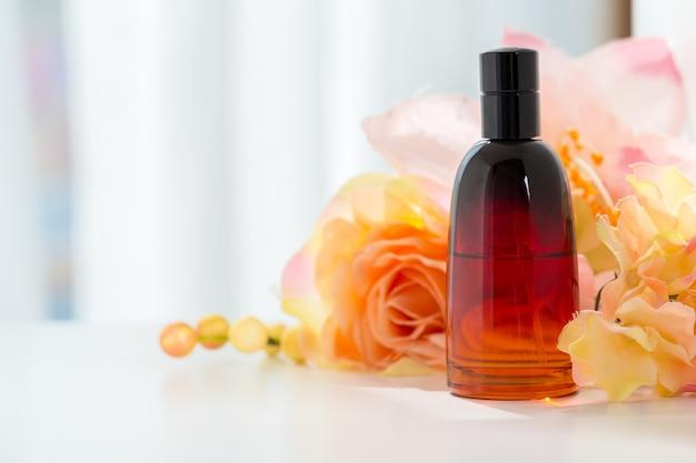 Bottiglie di profumo con fiori