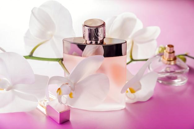 Bottiglie di profumo con orchidea