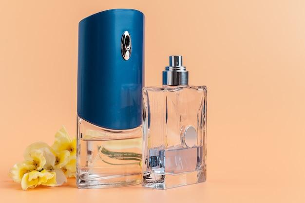 Bottiglie di profumo con petali di fiori