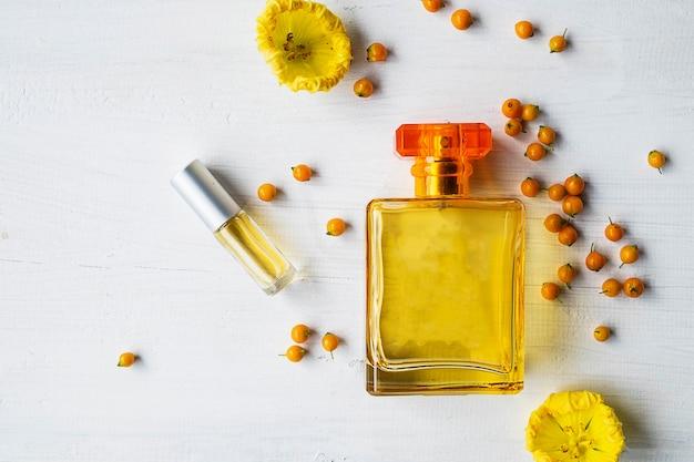 Bottiglie di profumo e profumo con fiori gialli