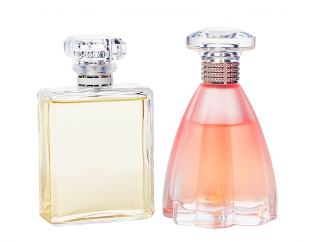 Bottiglie di profumo isolate contro un bianco
