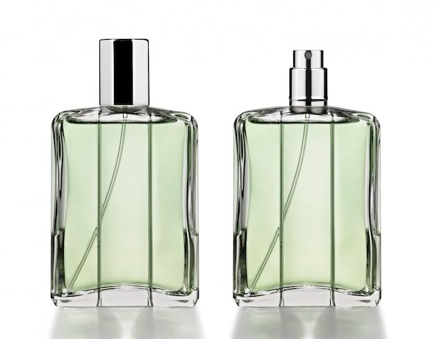 Bottiglie di profumo isolate su bianco
