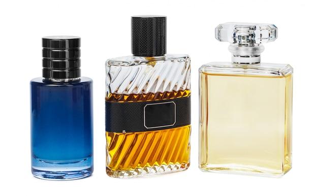Bottiglie di profumo isolate su uno sfondo bianco