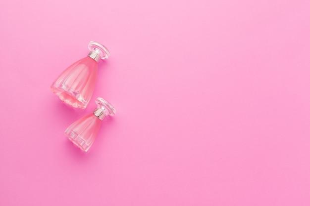 Bottiglie di profumo sul rosa