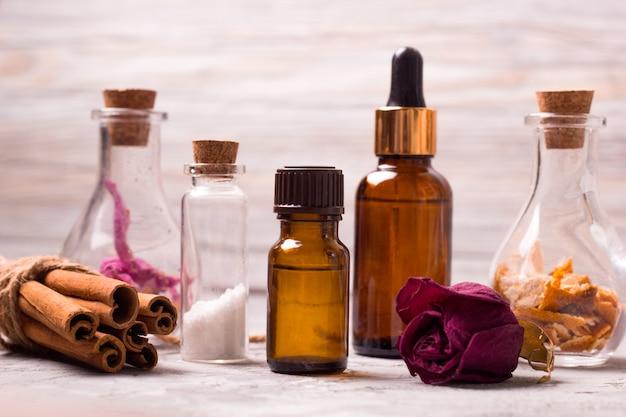 Bottiglie di set benessere: petali di rosa secca, scorza d'arancia, oli aromatici, sale marino, cannella