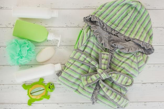 Bottiglie di shampoo sul tavolo di legno. accessori per bagnetto. roba da toeletta per bambini. tubi da bagno, balsamo, sale marino, sapone.