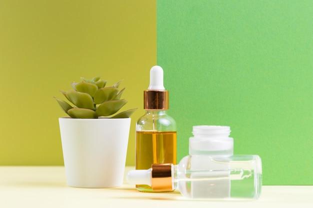 Bottiglie di siero e disposizione delle piante
