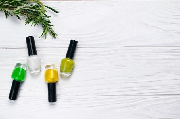 Bottiglie di smalti per unghie di colore verde e giallo naturale