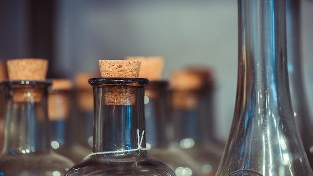 Bottiglie di vetro con sughero in legno