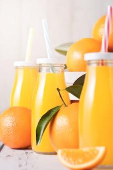 Bottiglie di vetro di succo d'arancia fresco organico crudo