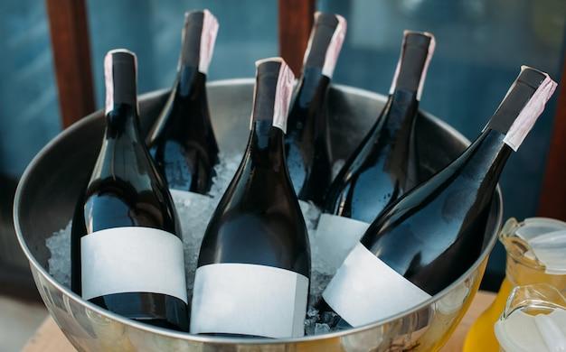 Bottiglie di vino in una ciotola di ghiaccio