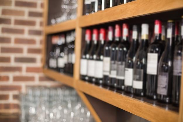 Bottiglie di vino in uno scaffale