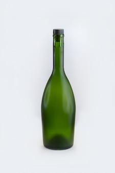 Bottiglie di vino verde su sfondo bianco isolato