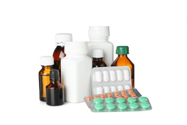 Bottiglie e pillole mediche isolate su fondo bianco