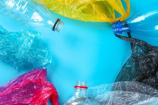 Bottiglie e sacchetti di plastica usati per il riciclaggio del fondo, concettuale. zero sprechi. inquinamento