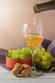 Bottiglie e vetro di vino sulla tavola con lo spazio della copia, fondo.
