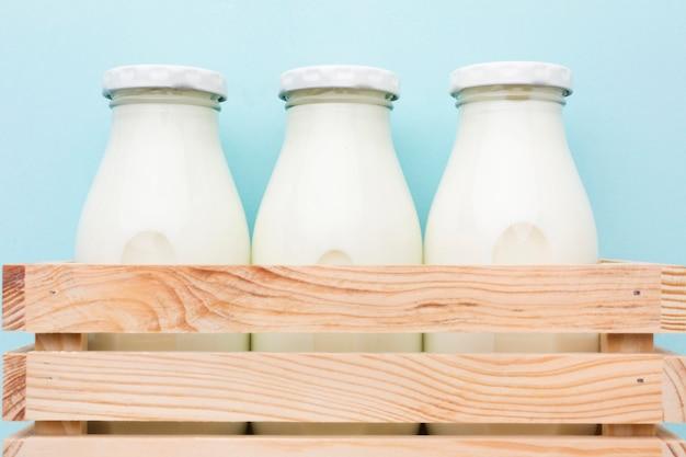 Bottiglie fresche di latte del primo piano pronte per essere servito