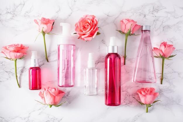Bottiglie lozione per la cura della pelle siero medico fiori di rosa. cosmetico naturale biologico