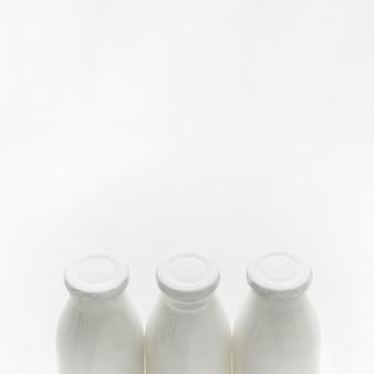Bottiglie per il latte organiche del primo piano con lo spazio della copia