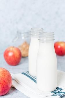 Bottiglie per il latte organiche di vista frontale sul tavolo