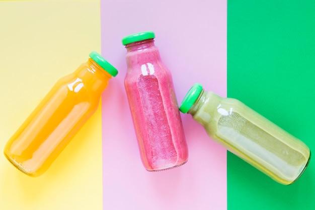 Bottiglie vista dall'alto con frullato sul tavolo