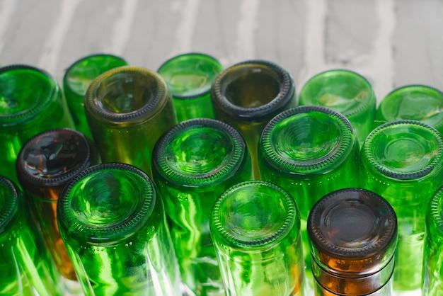 Bottoms di vetro verde dalle bottiglie. sfondo astratto con spazio di copia