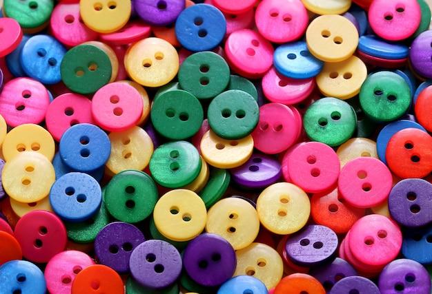 Bottoni in plastica colorata cucito
