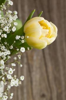 Bouquet con tulipano giallo e fiori bianchi