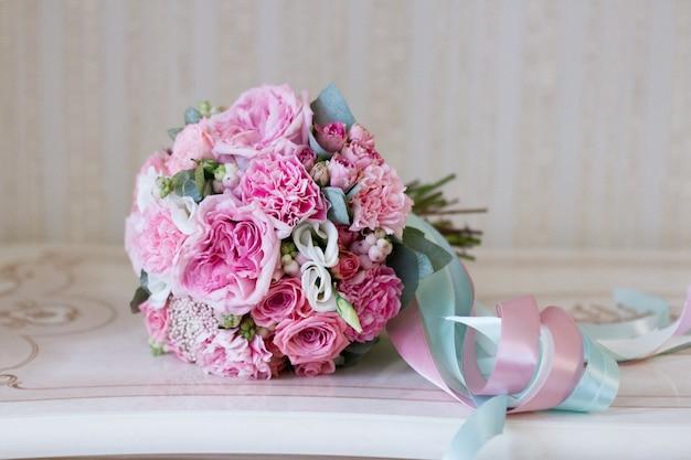 Bouquet da sposa bella estate. fiori luminosi