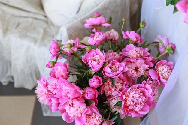Bouquet da sposa bella in mano della sposa di peonie bianche