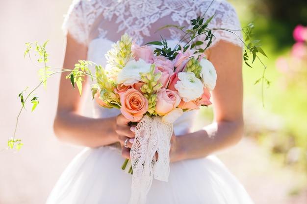 Bouquet da sposa bella nelle mani della sposa