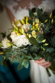 Bouquet da sposa, bouquet di bellissimi fiori il giorno di mercoledì